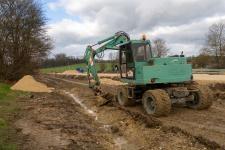 Parallel wurde mit dem Bagger bereits ein Entwässerungsgraben zum Katzensteiner Bach hin gezogen.