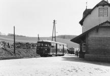 T 37 am Bahnsteig in Neresheim noch in rot und ohne Normalspur-Zug- und Stoßvorrichtungen, 10. Mai 1966