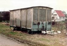 Pufferwagen Gw 155 abgestellt neben den Gleisen in Laichingen, 16. März 1983