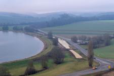 Von nochmal ein paar Meter weiter oben lässt sich auch die Trasse von Iggenhausen her im Hintergrund erkennen.