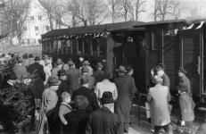 50 Jahre Härtsfeldbahn wurde am 27. Oktober 1951 mit einem Festzug gefeiert, hier am Bahnsteig in Neresheim