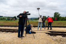 Die Presse erwartet gut vorbereitet den ersten regulären Zug.