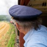 Schaffner Hans Bosch genießt bei Iggenhausen den Blick aus dem Packwagen