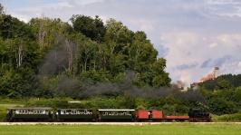Lok 12 mit dem Dampfzug kurz vor dem Ziel mit der im Hintergrund grüßenden Burg Katzenstein.
