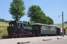 ... und jetzt: Lok WN 12 mit Wagen HMB 5 und 7 am Bahnsteig in Neresheim, 5. Juli 2015