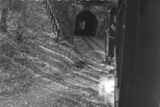 Ab in den Tunnel: Mitte der 1950er Jahre fährt ein GmP mit Lok 11 oder 12 aus dem Bahnhof Waldhausen-Glashütte in Richtung Aalen