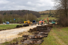 In diesem Bereich dürfte einmal die Trapeztafel aufgestellt werden, an der Position des orangen Baggers dann die Weichenverbindung liegen.
