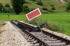 Hier geht's noch nicht weiter: Schwellenkreuz und Schutzhalttafel am neuen Streckenende in Katzenstein