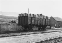 Aufgebockter Regelspurwagen beladen mit Grubenholz an der Seitenrampe in Neresheim um 1970