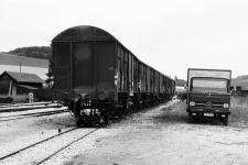 Aufgebockte Güterwagen und Stückgut-Lkw 211 in Neresheim, 5. August 1972