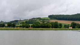 Blick über den Härtsfeldsee auf Bahnhof und Burg Katzenstein
