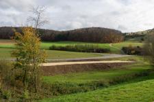 Der fertige Damm jenseits des Katzensteiner Bachs.