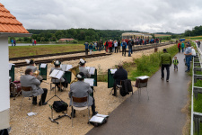 Der Musikverein spielt den ersten Fahrgästen in Katzenstein auf
