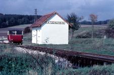 Bahnverwalter Hans Schweizer hat um 1960 mit der Draisine einen kurzen Halt im Bahnhof Katzenstein eingelegt