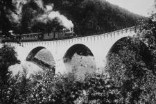 Das Sinnbild der Härtsfeldbahn schlechthin ist der kleine Dampfzug auf dem Viadukt, hier auf einer Mitte der 1930er Jahre angefertigtenfür Werbeaufnahme
