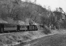 Einst ... Lok WN 11 ist mit Packwagen 22 und den Personenwagen WN 10 und WN 2 Mitte der 1950er Jahre bei der Steinmühle unterwegs in Richtung Dillingen