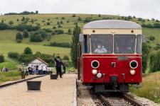Zugführer Gerald Stempel gibt dem ersten regulären Zug in Katzenstein den Abfahrauftrag zurück nach Neresheim